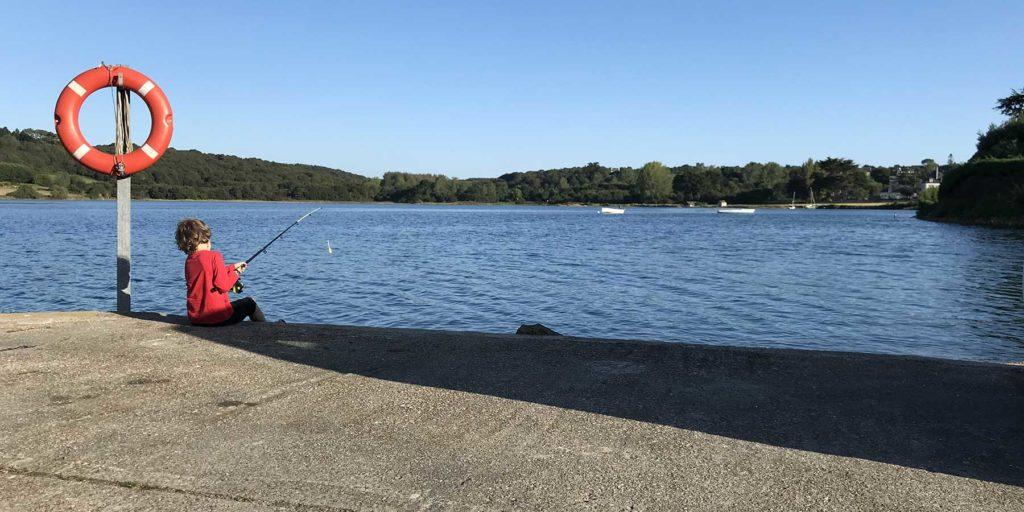 pêche à la ligne sur la petite cale à deux pas de la maison